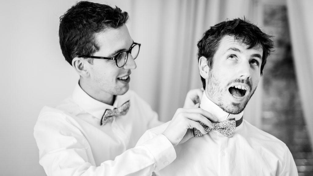 photographe mariage préparatifs marié nœud papillon